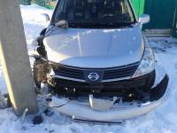 Nissan с разбитой правой фарой