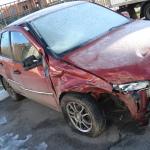 Поврежденное правое крыло у машины